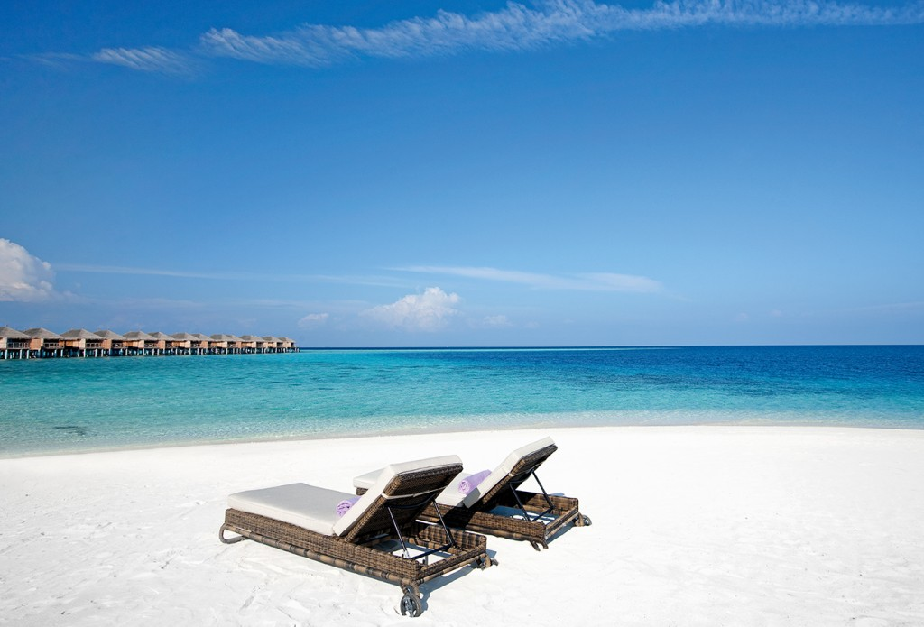 constance moofushi-maldives-beach-view-6