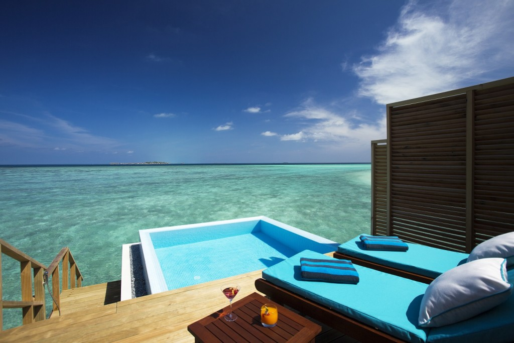 Velassaru_water bungalow pool deck
